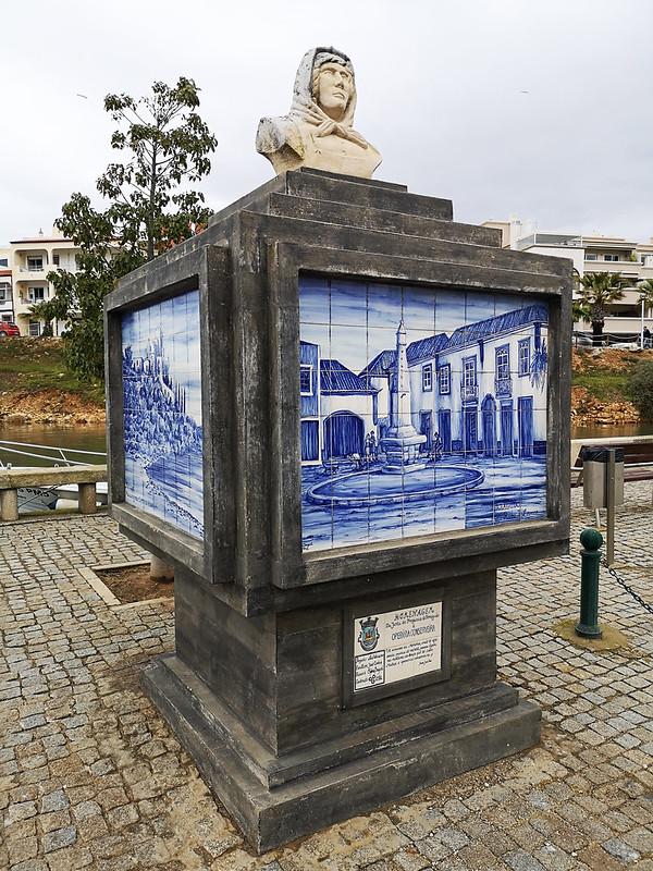 busto del Monumento Operária Conserveira trabajadores de conservas Ferragudo Algarve Portugal