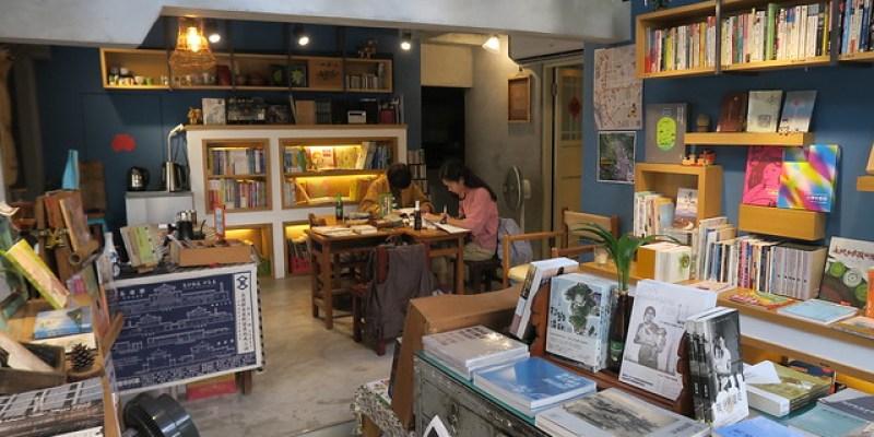高雄「旗津tha̍k冊」獨立書店:入內就啟動講台語的書店