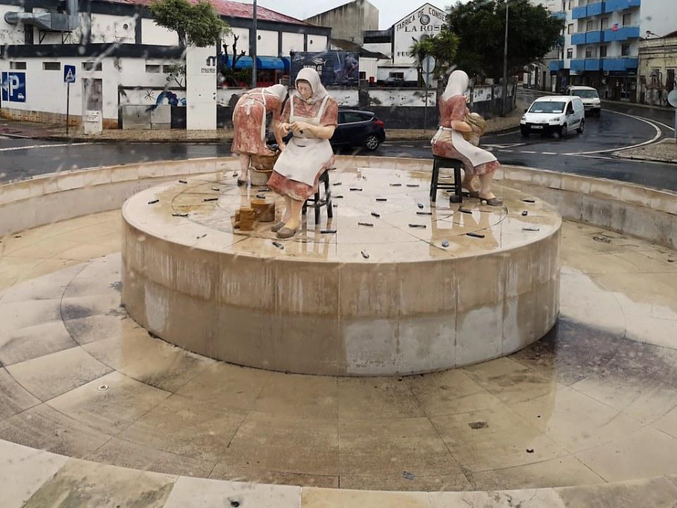 escultura Monumento a las mujeres en rua Dom Carlos I Portimao Algarve Portugal 01
