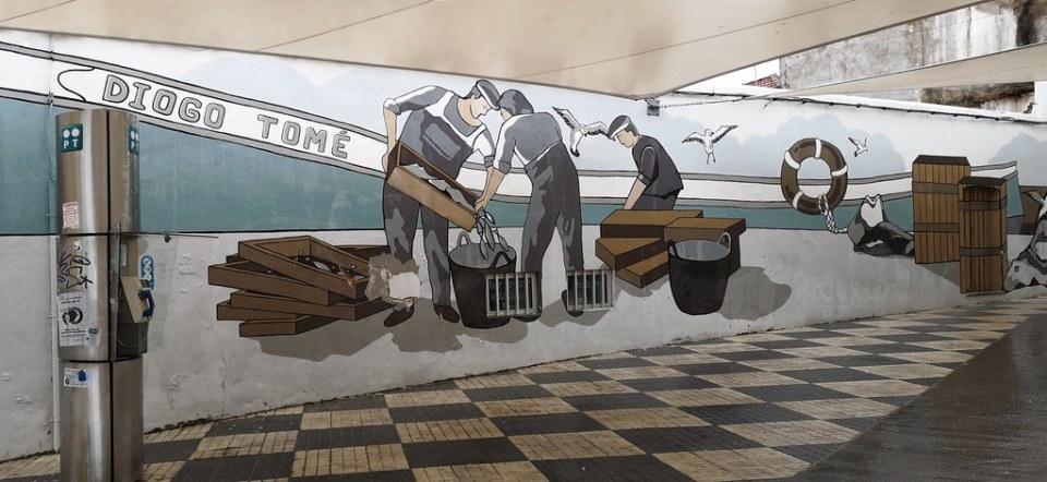 pintura mural en fachada en Portimao Algarve Portugal 02