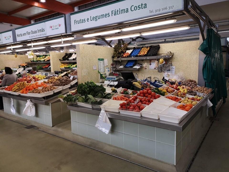 puesto de verduras interior Mercado municipal de Portimao Algarve Portugal 03
