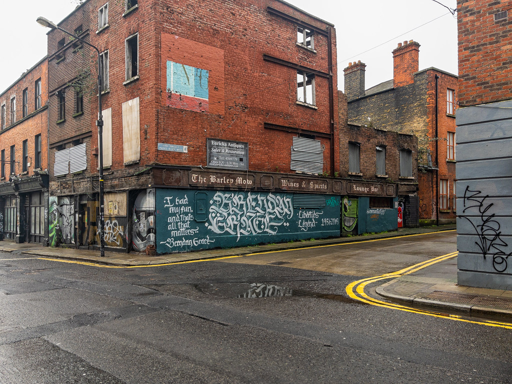 THE BARLEY MOW PUB IS NOW A DERELICT BUILDING  [FRANCIS STREET WAS A GOOD LOCATION FOR STREET ART]-169649
