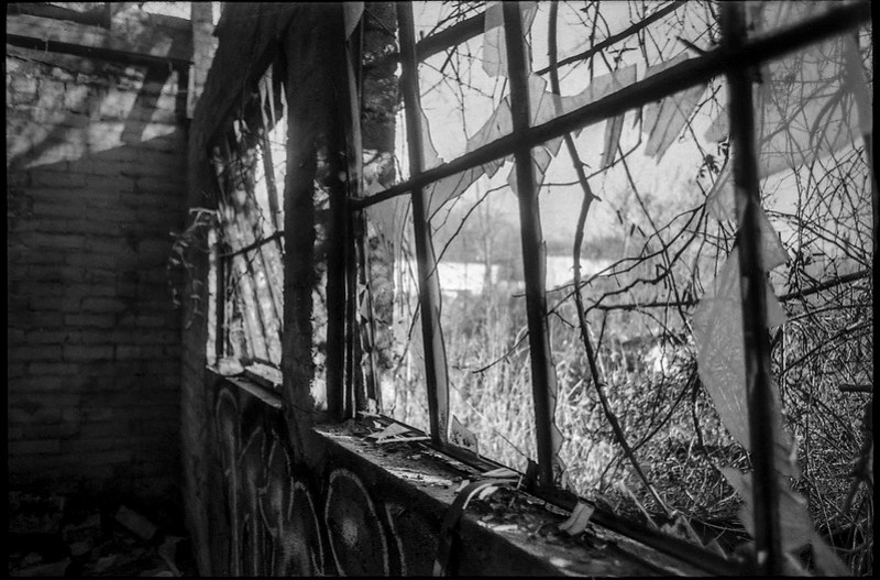 windows, broken glass, abandoned mill, urban decay, River District, Asheville, NC, Minolta XG-M, Super Albinon 28mm f-2.8, Fomapan 400, HC-110 developer, 1.16.21