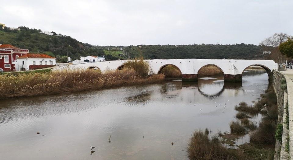 río Arade y puente romano o Ponte Velha de Silves Algarve Portugal 01
