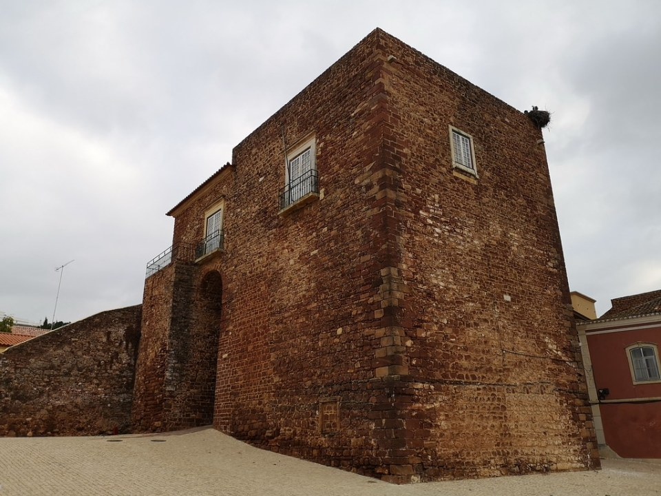 Puerta de la Almedina de muralla y Alcazaba o Castillo de Silves Algarve Portugal 02 06