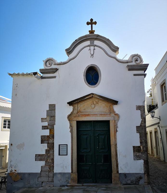 fachada exterior portada Iglesia Capilla de Nossa Senhora da Piedade Nuestra Señora de la Piedad Tavira Algarve Portugal