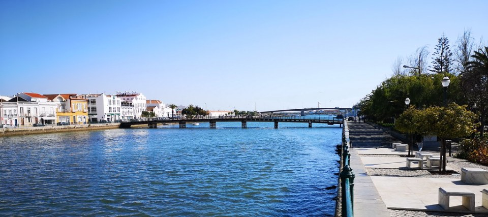 Río Gilao y Puente Ponte das Forcas Armadas de Tavira Algarve Portugal