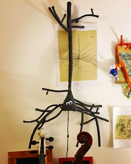 Sculpture en tissu de neurone pyramidal sur dessin de Cajal.