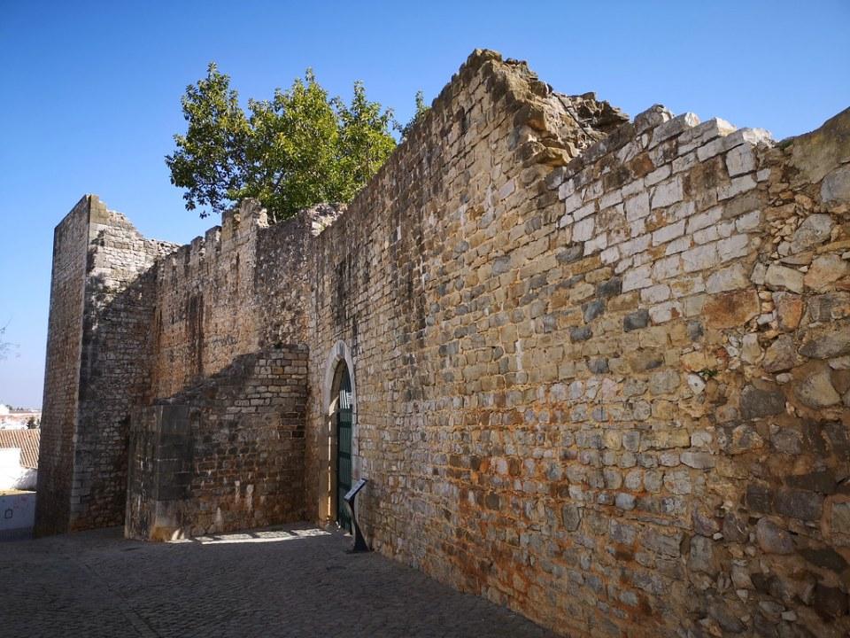 porta puerta de muralla exterior Castelo Castillo de Tavira Algarve Portugal