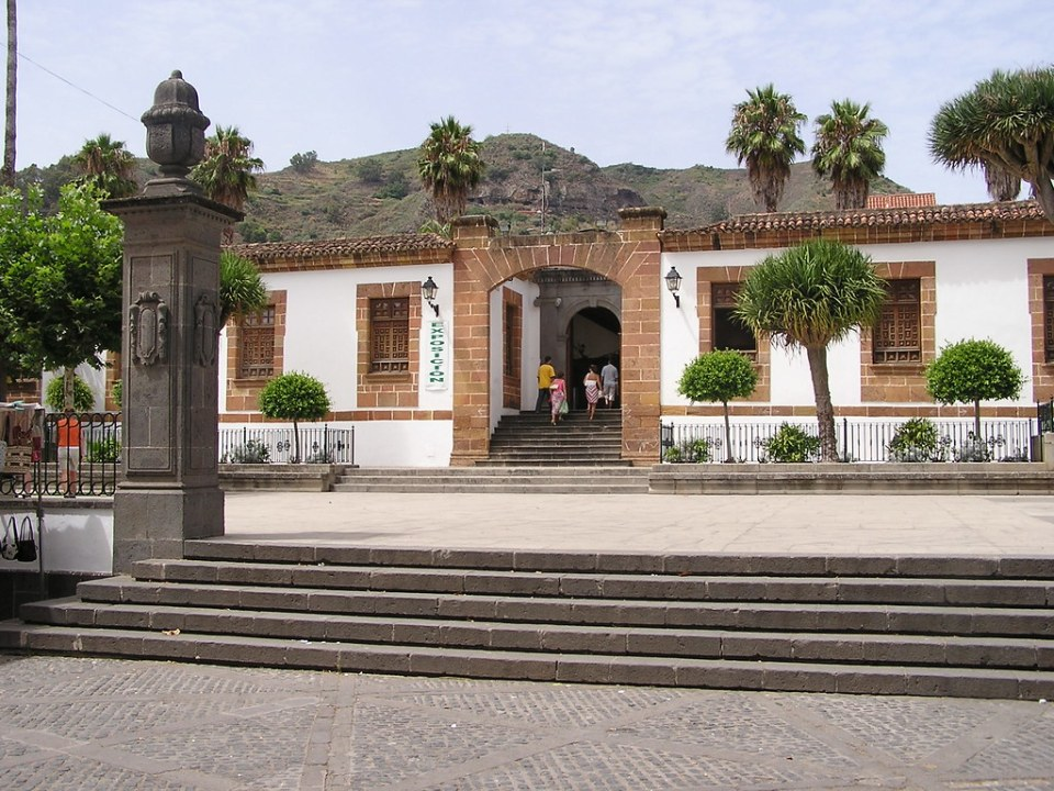 edificio antiguo Palacio Episcopal y plaza de La Alameda Teror Gran Canaria 02