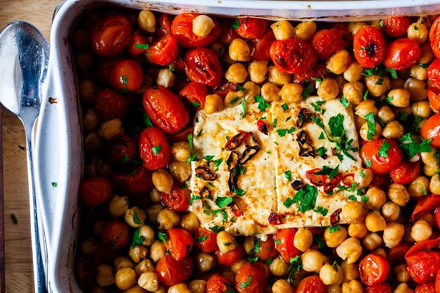 feta al horno con tomates y garbanzos