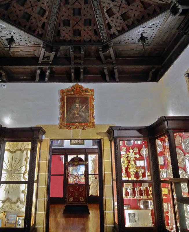 Sala de ajuares y Sala de trofeos techo artesonado de madera Camarín de la Virgen del Pino Basílica de Nuestra Señora del Pino de Teror Gran Canaria