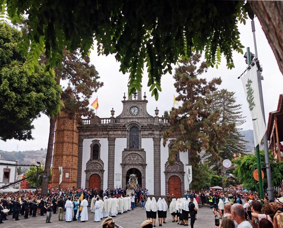 procesion romeria ofrenda a La Virgen del Pino exterior fr Basílica de Nuestra Señora del Pino de Teror Gran Canaria 02