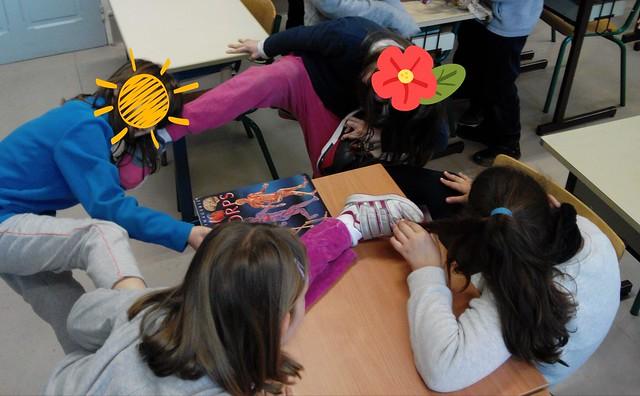 Synapses - les enfants connectent leurs cheveux (dendrites) avec leurs pieds (terminaisons axonales) - Périscolaire (2)