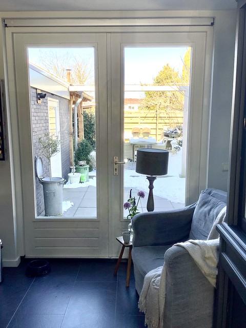 Tuindeuren stoel met linnen hoes balusterlamp