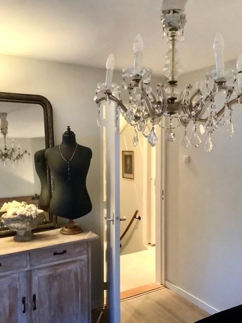 Paspop op voet Franse spiegel kastje landelijke slaapkamer