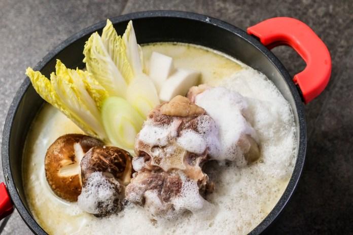 牛舞 Gyumai 牛骨Cappuccino濃湯,熬製6小時造成牛尾濃湯,於鍋底打上一層幼細泡沫,令湯底有著綿綿口感