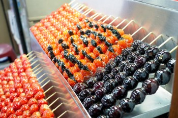 【板橋府中美食】鳥來伯糖葫蘆 二十年凍漲一串糖葫蘆只賣你二十元!還有葡萄糖葫蘆