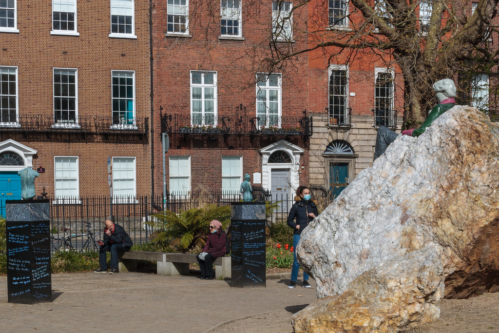 PUBLIC ART INSTALLATION IN MERRION SQUARE PARK [TRIBUTE TO OSCAR WILDE]-189572