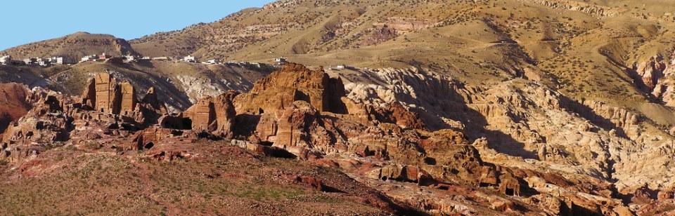 Jordania Tumbas de Petra y vista del pueblo Uum Sayhoun 01