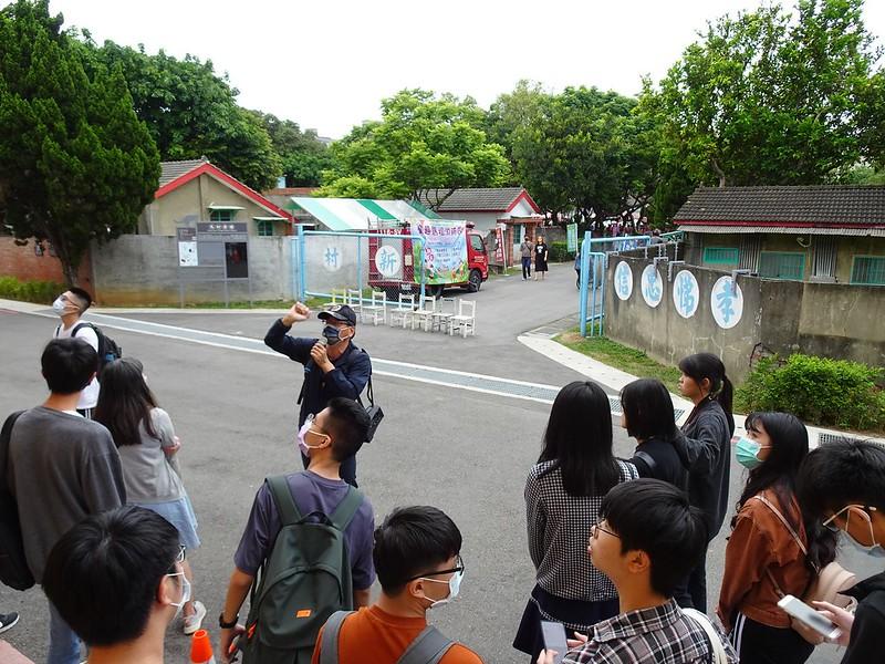 學生聽取林煒舒老師對於馬祖新村的詳細講解