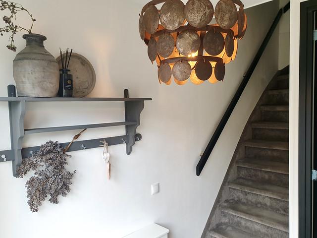Schijfjeslamp hal tapijt trap regaal muur hal kruik geurstokjes dadeltak