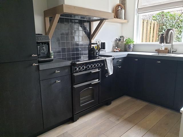 Zwarte keuken landelijk grijs blad hoekje aanrecht decoratie ideeën