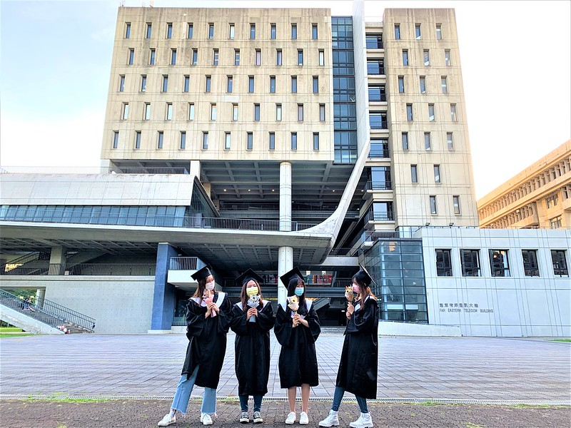 元智大學管理學院畢業生三五好友於校園內拍攝畢業照留念 (4)