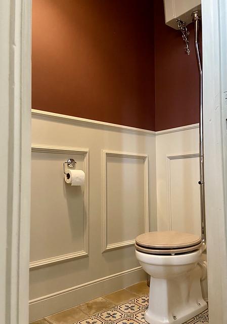 Lambrisering landelijk klassiek toilet in Pastorijwoning