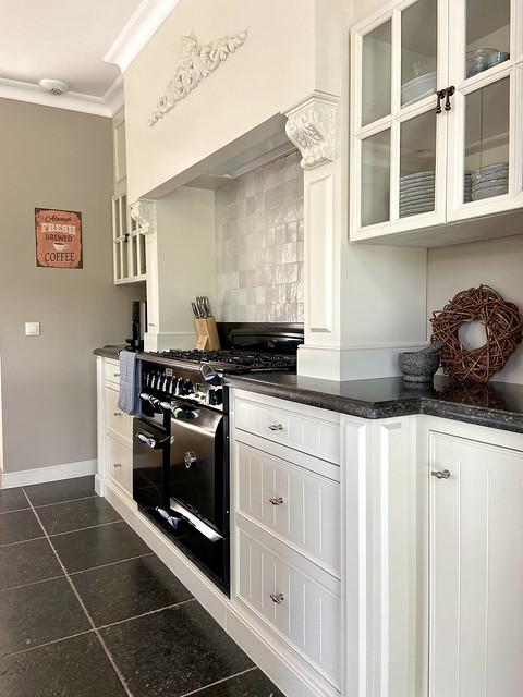 Witte landelijke klassieke keuken met schouw in Pastorijwoning