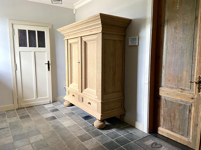 Antieke dichte houten kast oude houten binnendeuren