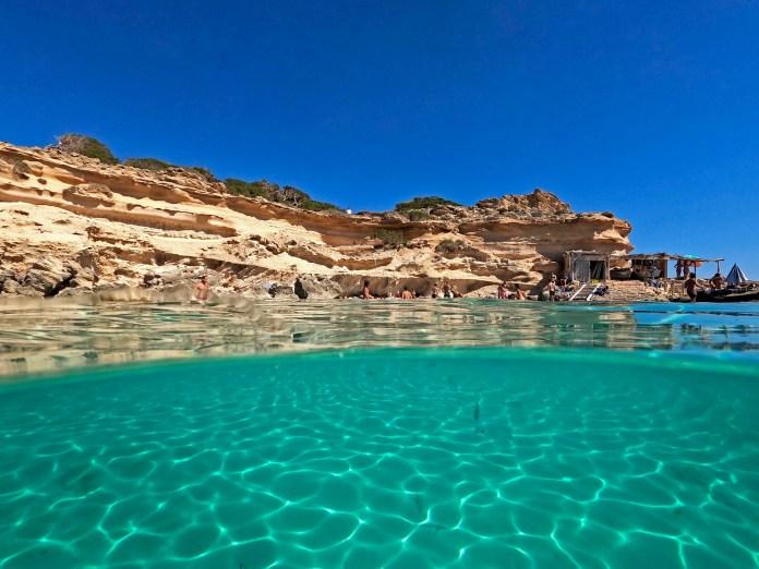 Cala Es Caló des Moro, Ibiza-伊比萨岛的海水颜色如矿泉水一样