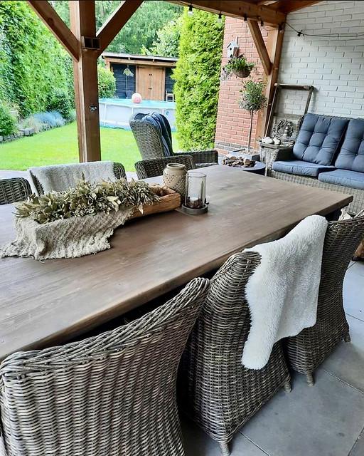 Tuinset rieten stoelen houten veranda