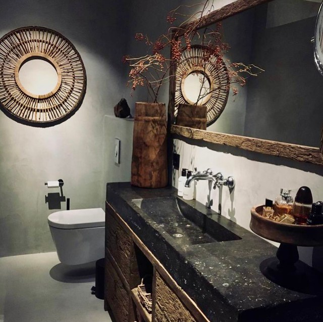 Badkamer landelijk sober grote ronde spiegel etagere badmeubel