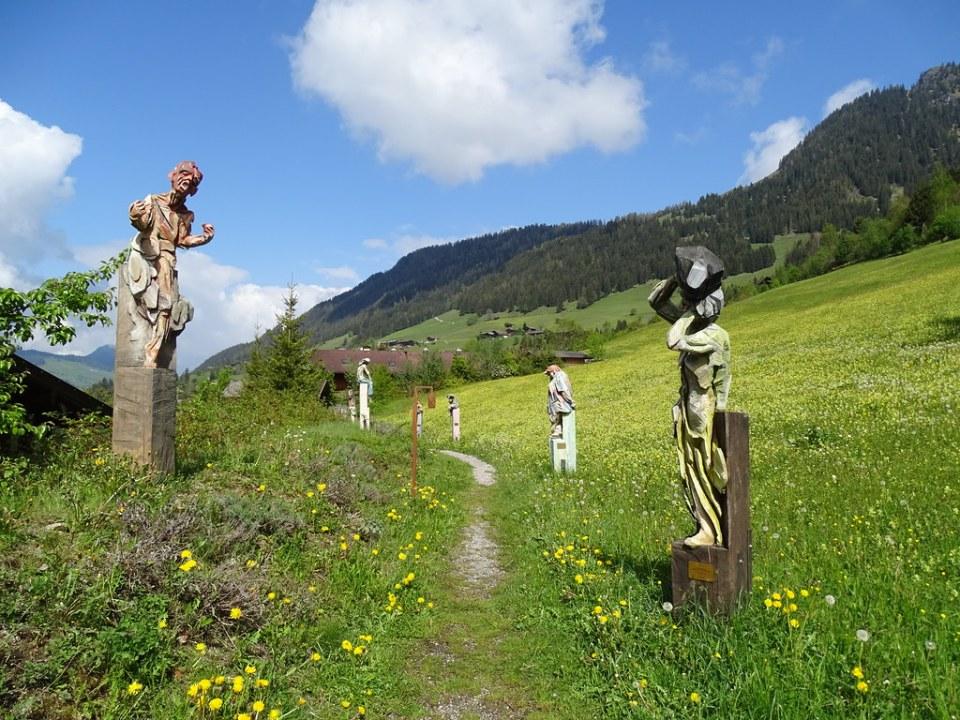 esculturas Pecados Capitales escultor Erich Ruprechter Capilla Ort der Stille Alpbach Austria
