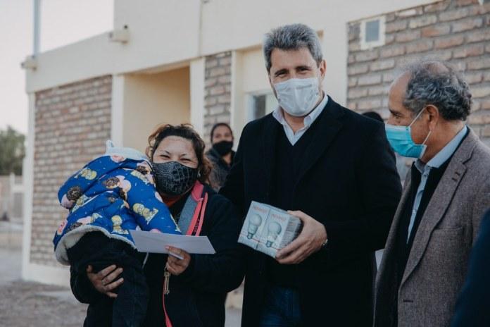 2021-08-12 PRENSA: Uñac entregó 50 viviendas en Albardón, firmó convenios para construir otras 227 e inauguró una unidad policial