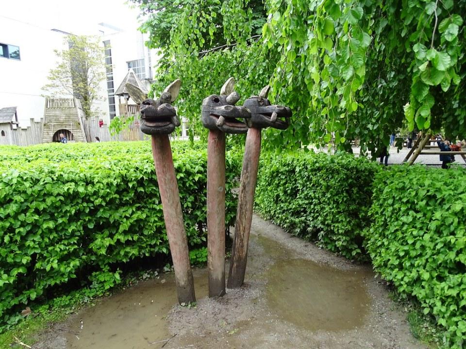 escultura de cabezas de dragones de madera Parque o Jardines Hofgarten Innsbruck Austria