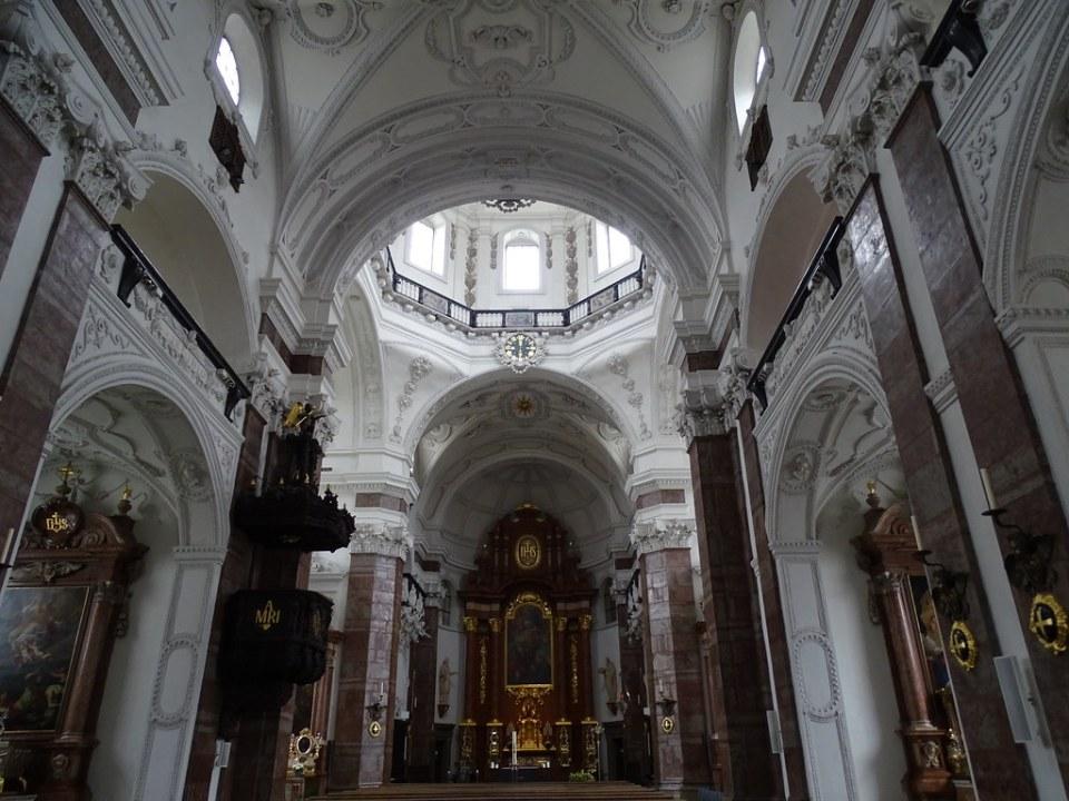 Altar Mayor bóveda interior Iglesia del Colegio de los Jesuitas o Iglesia de La Trinidad Innsbruck Austria