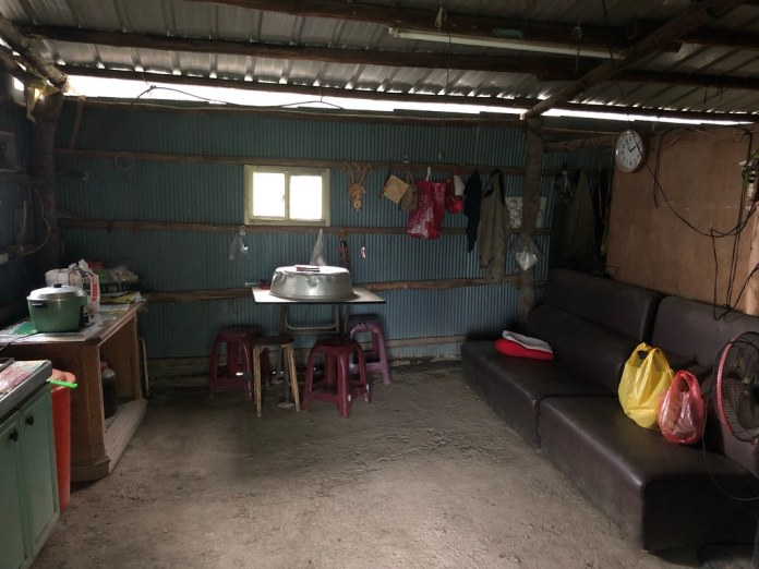 桃山部落張文星果園旁的工寮內部。攝影:廖靜蕙