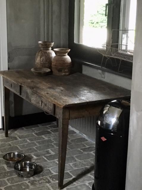 Oud houten tafeltje RAW Stones vloer Nepalese potten