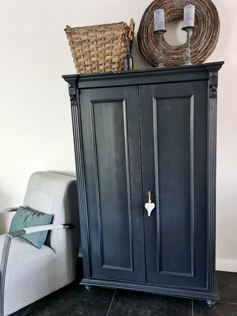 Landelijke zwarte dichte kast houten mand takken krans kandelaren