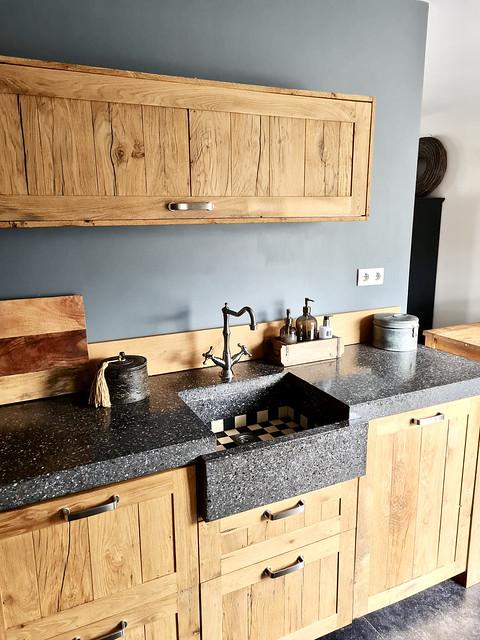 houten landelijke keuken met zwart wit geblokte tegelspoelbak