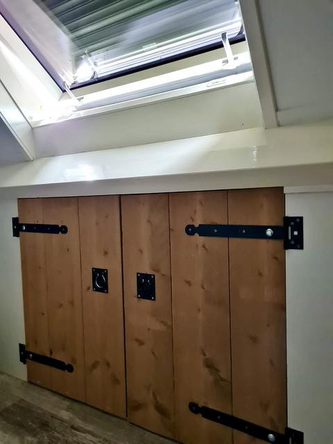 houten kast onder schuin dak badkamer