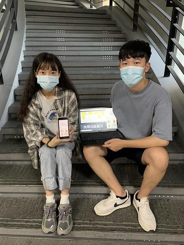 陳宜湞(左)、陳侑辰(右)等人參加「叡揚資訊暑期Chatbot開發黑客松」,脫穎而出獲得四獎項1