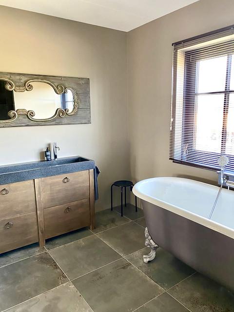 Bad op pootjes landelijke badkamer houten landelijke spiegel en houten badmeubel