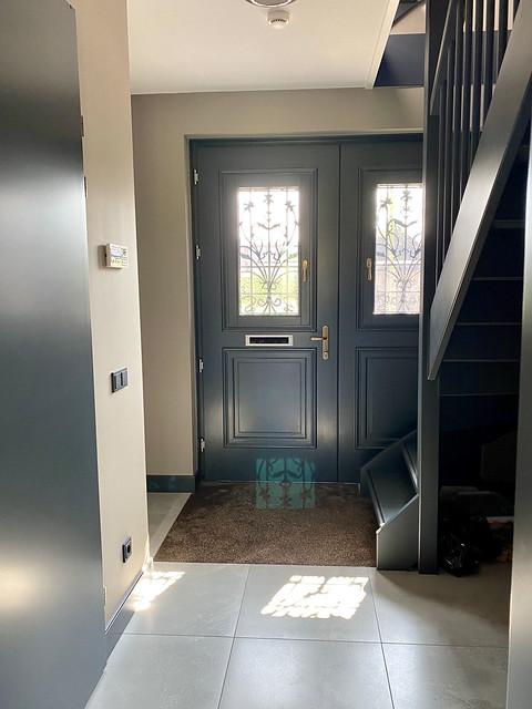 Landelijke voordeur antraciet trap antraciet
