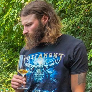 Markus Hillabrand mit Amphorenwein