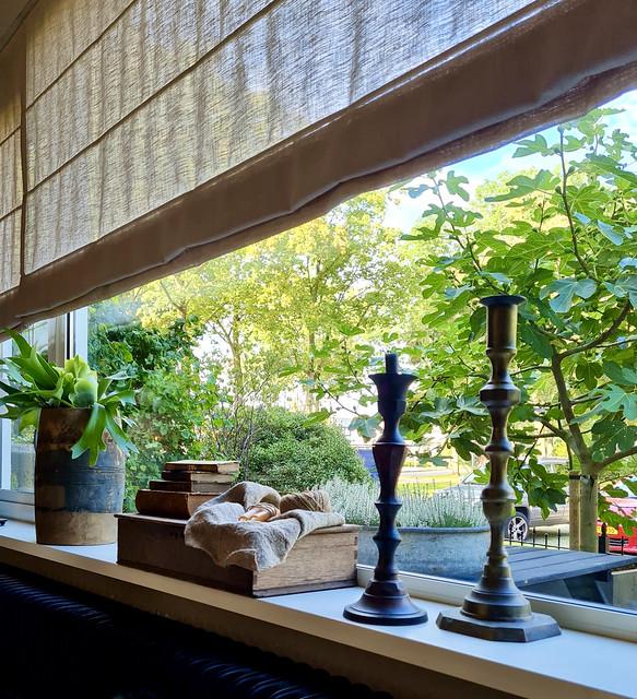 Houten kistje oude boekjes kandelaars pot met Hertshoorn vensterbank decoratie landelijk