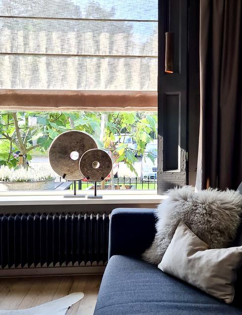 Ornament molensteen op voet vouwgordijn hanglamp koker tube luik vensterbank decoratie landelijk