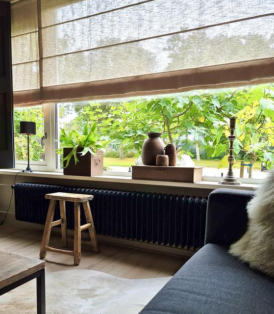 Houten krukje zwarte radiator Hertshoorn in houten bak Nepalese pot vensterbank decoratie landelijk